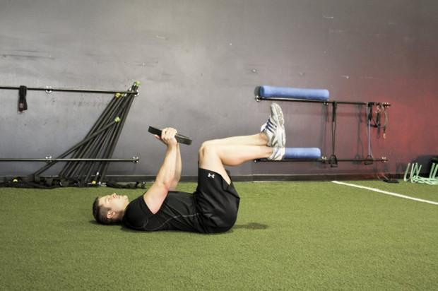 скручивание с прямыми ногами и утяжелением